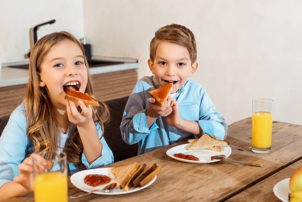 Kids eating pizza - food safety
